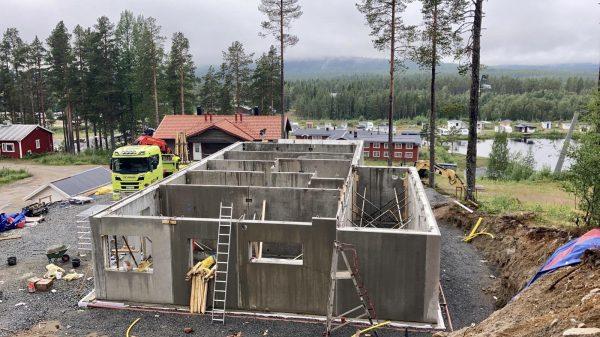 2020-08-12  Första plan har fått ytterväggar.